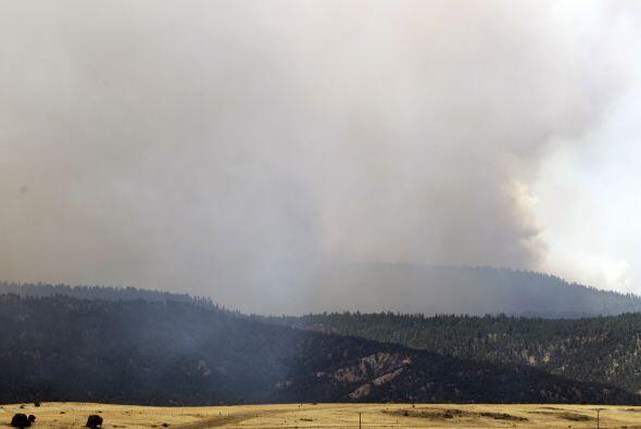El enorme incendio forestal que arrasa el oriente de Arizona y oblig&oac...