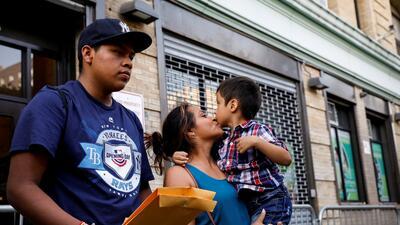 """""""Su money order debe ser de $576.20"""": ¿Quién debe pagar por la reunificación de los niños con sus padres?"""