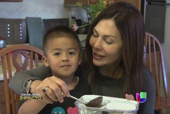 """Paula Rosado ayudo a Mateo a mezclar los ingredientes de los """"cupcakes"""""""