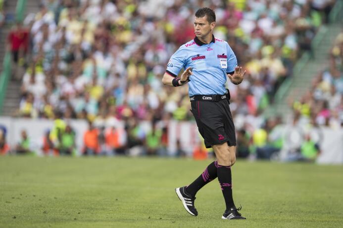 Santos se lleva una infartante victoria ante el América Arbitro central...