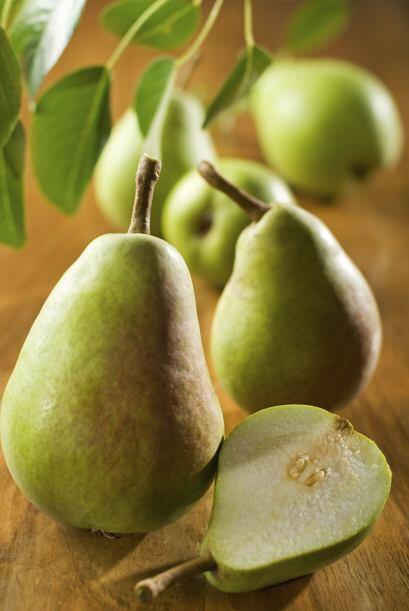 Puedes cortar pera y dársela de vez en cuando para satisfacer su gula.