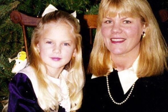 Para festejar a su mamá, esta rubia cantante compartió esta foto de hace...