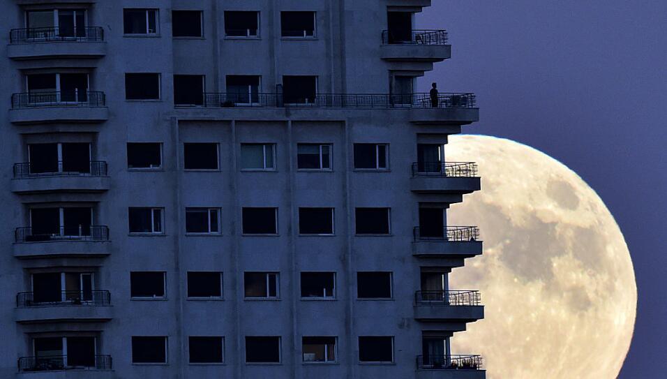 La superluna mordiendo el cielo de Madrid esta madrugada