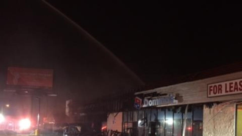 El fuego dañó varios locales comerciales.