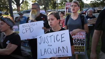 Con una masiva concentración, manifestantes celebran veredicto de culpabilidad contra Jason Van Dyke