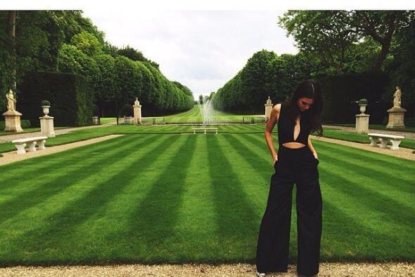 Kendall Jenner no perdió la oportunidad de posar en los jardines...