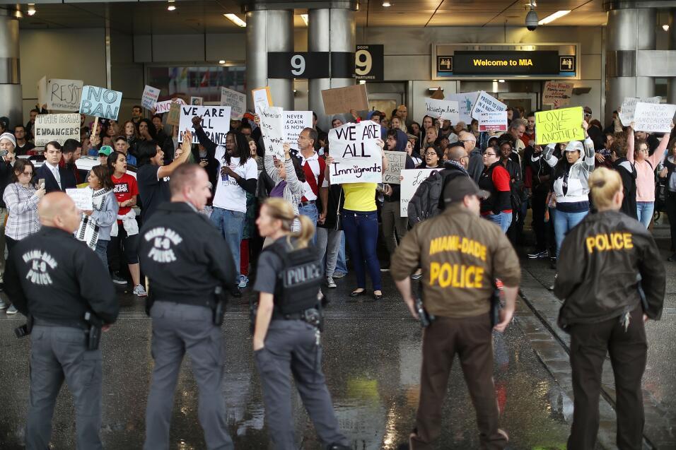Convocan nuevas protestas en grandes ciudades de EEUU contra el veto a m...