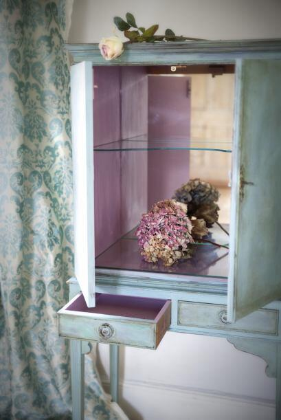 Los muebles tienen un aire vintage gracias al efecto desgastado de la pi...
