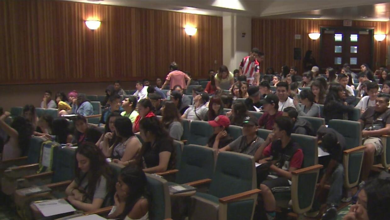 Universidad de Sacramento ofrece ayuda a hijos de inmigrantes para que l...