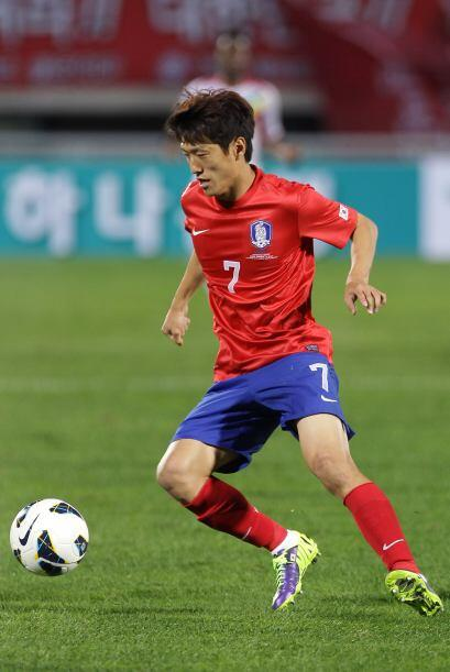 Lee Chung-Yong.- El capitán de este respetable medio campo coreano, es e...
