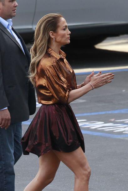 Ha combinado faldas con mucho vuelo con blusas en color cobre.