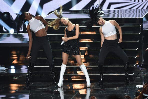 La hermosa Ariana Grande se lució en el escenario.