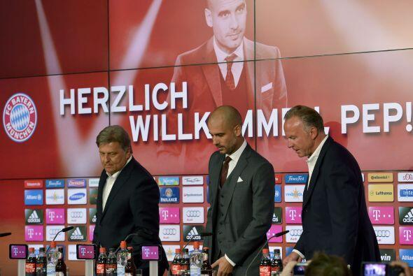 Lo acompañaron en el estrado el director ejecutivo Karl-Heinz Rummenigge...