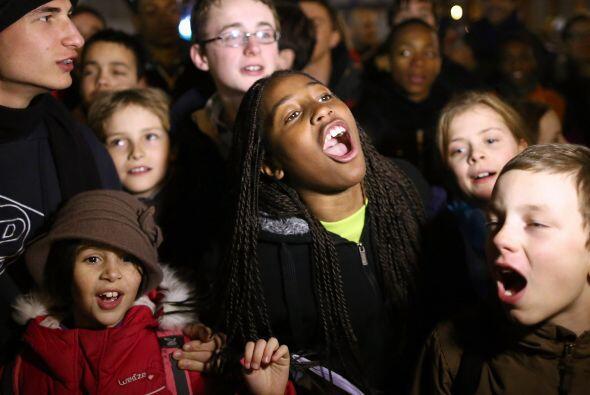 Se ven uestras de alegría en las personas reunidas en la plaza, que desa...