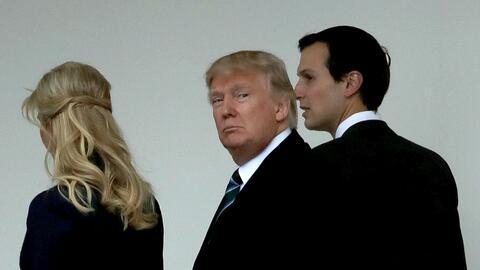 Ivanka Trump y Jared Kushner caminan junto al presidente Trump en la Cas...