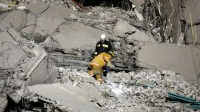 Un total de 11 personas están desaparecidas bajo los escombros de un edi...