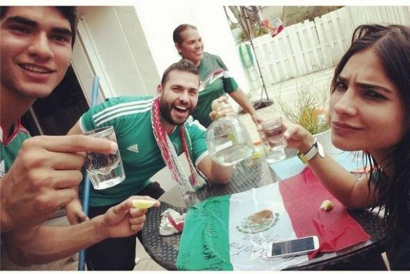 Ale se reunió con amigos y familiares para ver el partido de México y br...