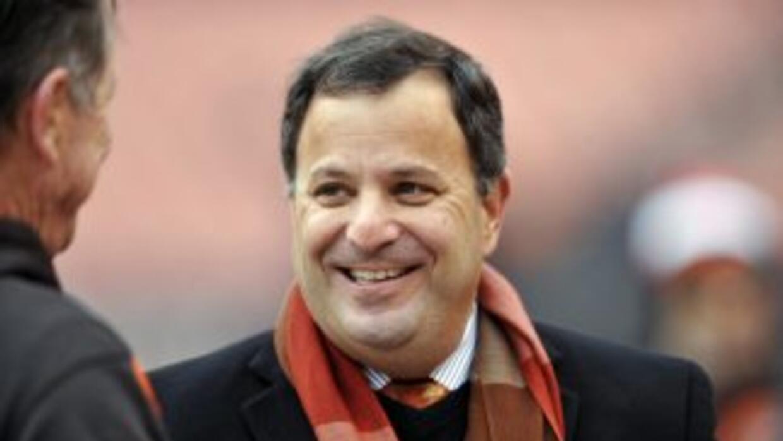 Michael Lombardi podría regresar con Bill Belichick (AP-NFL).