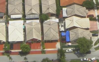 Encuentran en el techo de su propia casa a un niño que estaba reportado...