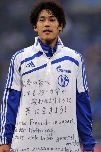 El defensa internacional japonés de Schalke 04, Atsuto Uchida, y una mue...