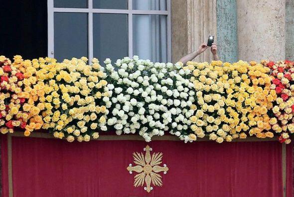 Un balcón de flores durante los últimos preparativos antes de una ceremo...