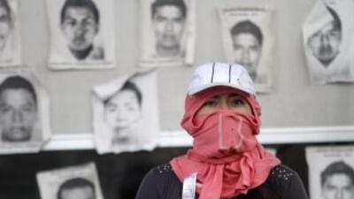Algunos de los manifestantes marchan con la cara tapada y armados con pa...