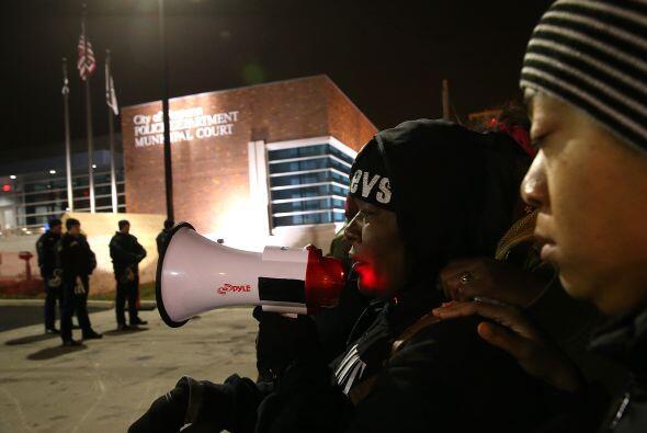 A través de un megáfono, la policía de Ferguson hablaba con los manifest...