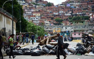 Los opositores al gobierno de Nicolás Maduro colocaron barricadas...