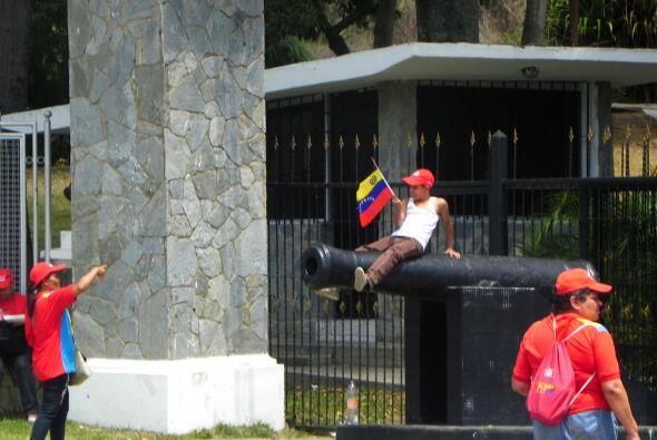 Frente al Fuerte, los niños jugaban con tanques de guerra y cañones de v...