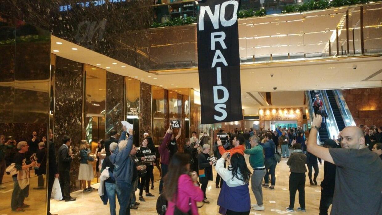 Los manifestantes, de la organización Rise and Resist, llevaron pancarta...