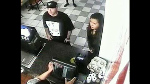 Las cámaras de vigilancia del restaurante captaron al sospechoso y a la...