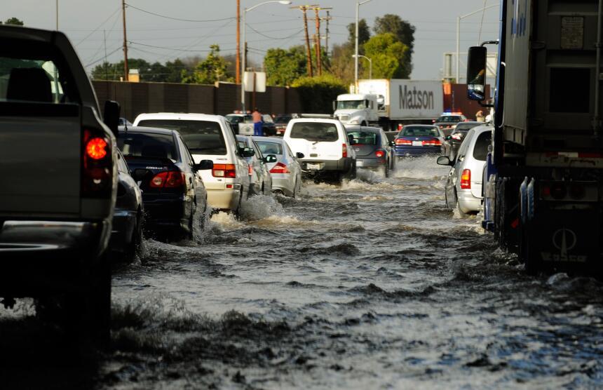 Una tormenta en enero de 2010 inundó las carreteras del sur de Californi...