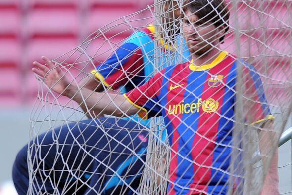 Mientras que  Lionel Messi tiene la mirada fija en la red.