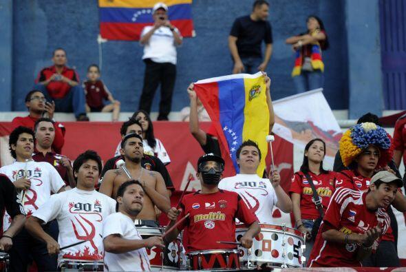 En plena ciudad de Buenos Aires hinchas del Caracas se dieron cita en el...