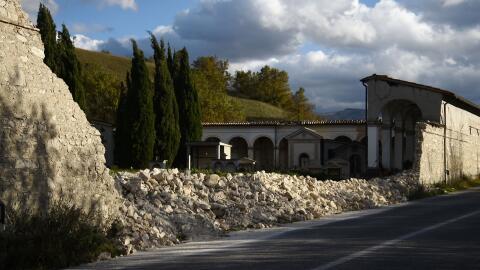 La pared derrumbada del cementerio de Norcia, días después...