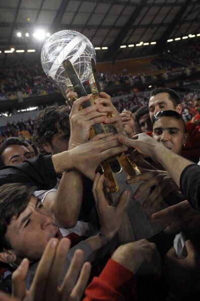 Todos tomando el trofeo.