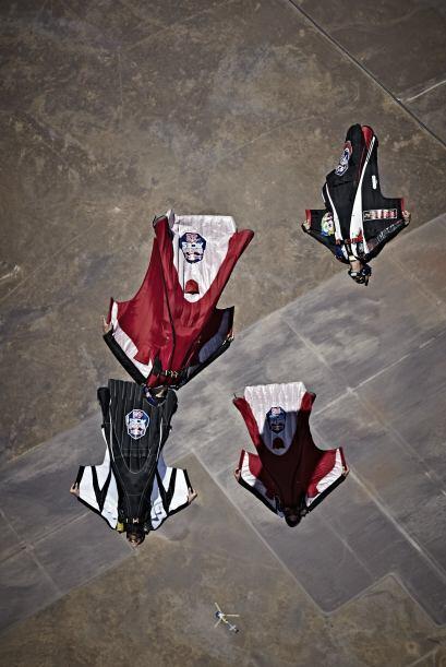 El wingsuit o traje aéreo, es una modalidad de paracaidismo en la que se...