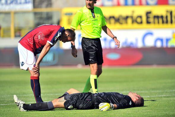 Emiliano Viviano, arquero del Bolonia, quedó exhausto al evitar que el P...