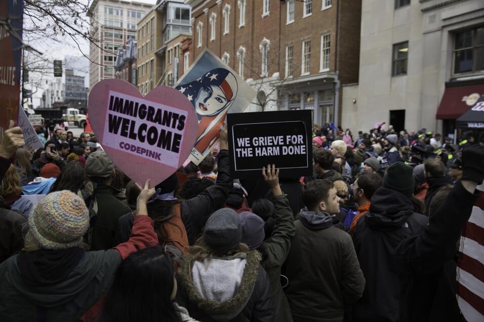 Varios carteles reivindican la diversidad del país. La del velo se publi...