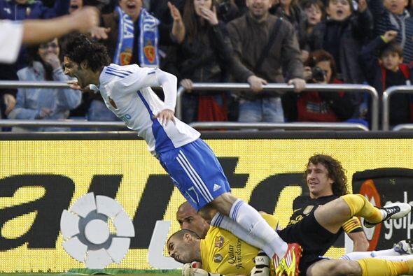 Víctor Valdés derribó a Angel Lafita dentro del área y el árbitro no dud...