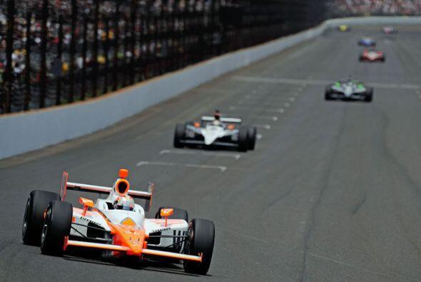 Al entrar a la última curva Wheldon todavía estaba por detrás del novato...