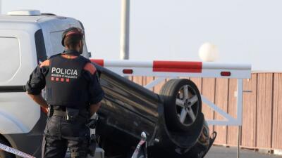 Un policía resguarda el lugar donde fueron abatidos varios sospechosos e...
