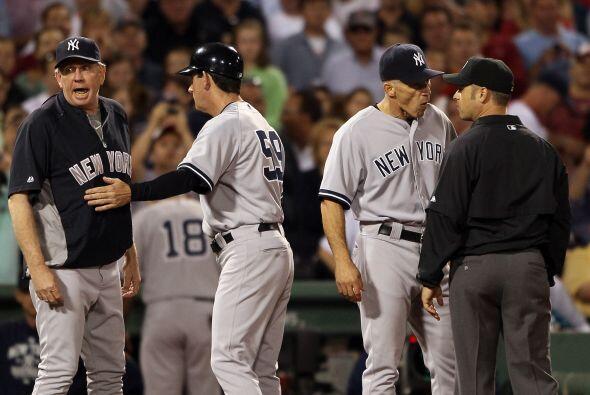 El coach de pitcheo de los Yankees fue expulsado tras el altercado.