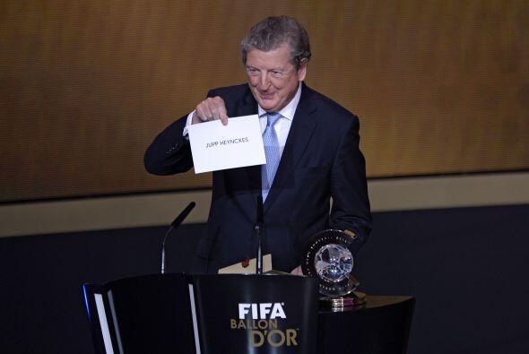El mismo Hodgson mostró el nombre del ganador como mejor técnico.