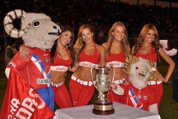 Las edecanes resguardaban la Copa Centenario que disputaban El Xelajú y...