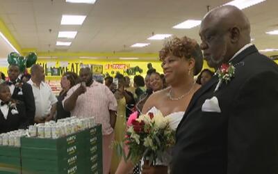 """Una pareja dio el """"sí"""" en el pasillo de un supermercado de Albany, Georgia"""