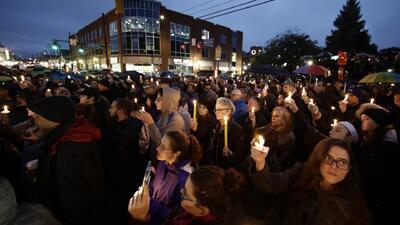 Miles de personas se reúnen en la vigilia por las víctimas del tiroteo en una sinagoga en Pittsburgh