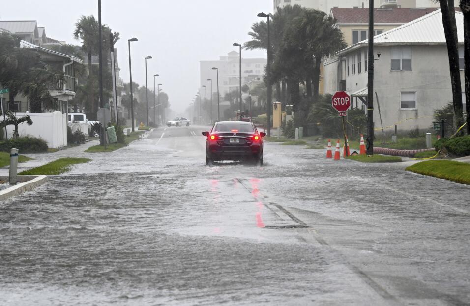 Las calles comienzan a inundarse en Jacksonville, en la costa este, al n...