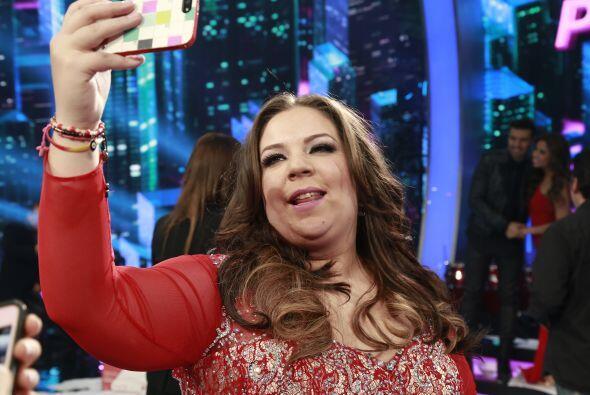 "Yaza sacándose una ""selfie""."