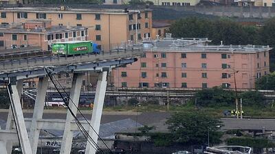 La historia detrás del camión que quedó a unos pies de caer al vacío en el puente que colapsó en Italia